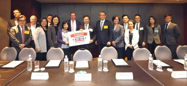 桃園市長鄭文燦(前排四)受邀出席台灣美國商會(AmCham Taiwan)舉辦永續發展創新午餐會。