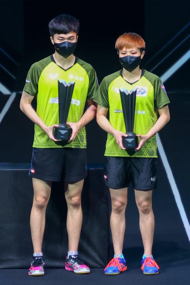 林昀儒(左)、鄭怡靜(右)在卡達站奪冠,並於10日公布的桌球混雙世界排名登頂。(KARIM JAAFAR/AFP via Getty Images)