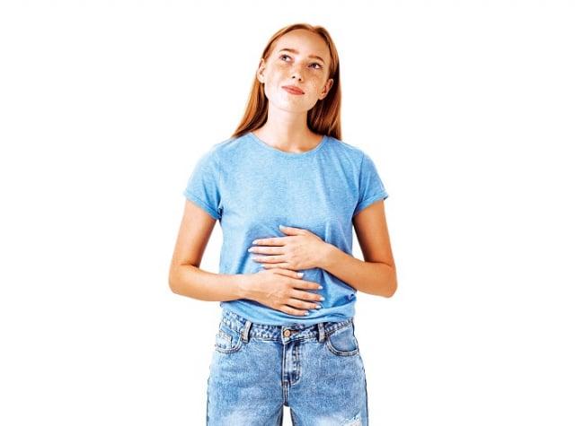 早晨是最佳的排便時間,起床時,先慢慢地喝1~2杯冷水或茶,然後一邊想像水從口腔流經食道、胃部與腸道,一邊以順時針的方向摩擦肚子。(Shutterstock)