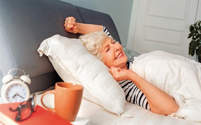 從睡姿起身的動作也會刺激大腸蠕動,進而產生便意。而這個動作最常發生的時間點是一天之中的早晨,所以上午是排便的絕佳時機。 (Shutterstock)