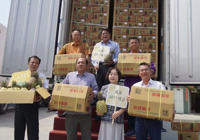 屏東縣長潘孟安11日出席萬巒鄉藍天農業生產合作社鳳梨出口韓國封櫃儀式。