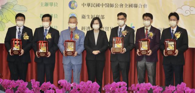 總統蔡英文(中)14日出席第91屆國醫節,頒獎給得獎者並合影。(中央社)