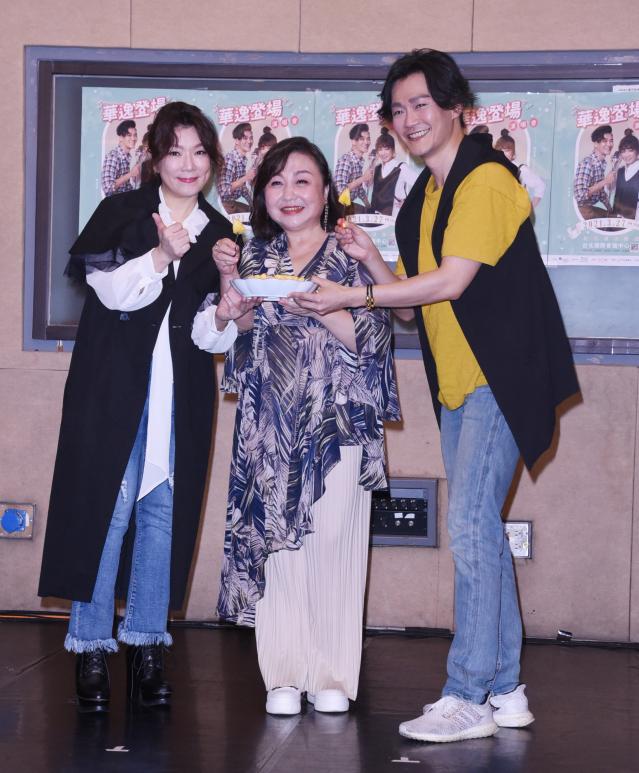 林俊逸(右)與趙詠華(左)為演唱會彩排,鄭怡(中)送上金鑽鳳梨預祝成功。(黃宗茂提供)