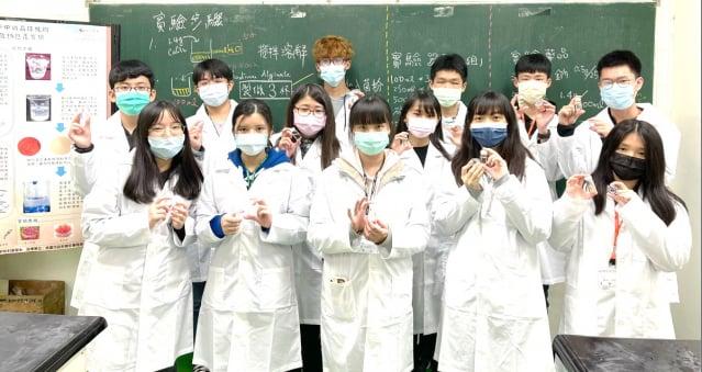 同學們拿著自己製作的隱形眼鏡。(元智大學提供)