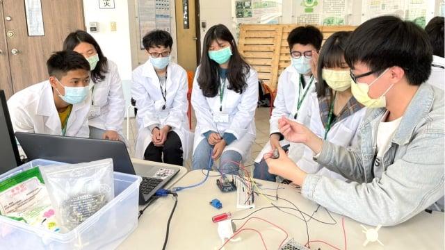 元智的學長解說實驗的過程。