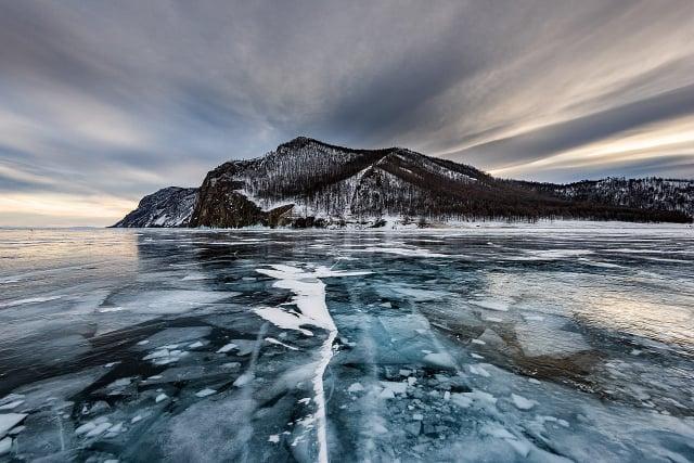 清澈見底的貝加爾湖是世界上最大的淡水湖。(Sergey Pesterev/維基百科)