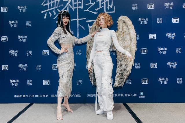 《無神之地不下雨》曾之喬(左)殺青宴扮愛神崔苔菁、柯佳嬿扮大天使加百列。(三鳳製作提供)