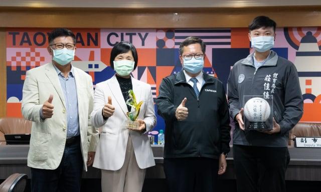 桃園市長鄭文燦、體育局長和張簡金玲夫婦合影留念。