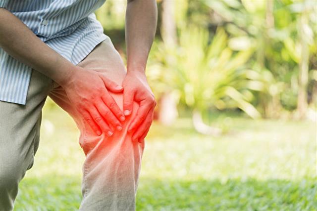 膝蓋漸不聽使喚,膝膕處漸緊緊脹脹的,上下樓梯姿勢不對就會痛,有時會有喀喀聲,漸變僵硬,只能望山興嘆,內心有說不出的苦楚。(Shutterstock)