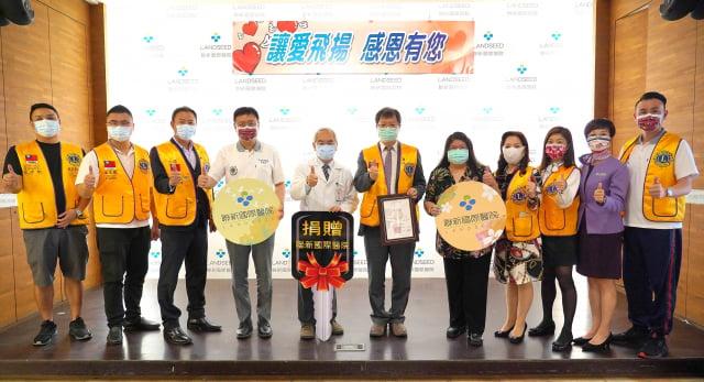 獅子會捐車獅友與聯新國際醫院長黃忠智(左五)、執行長謝彰文(右5)合影。