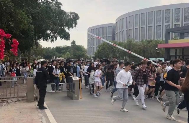 廣州科技職業技術大學本學期繼續封校,學生長期不滿終於爆發。17日,數百名學生忍無可忍集體衝出校門。(受訪者提供)