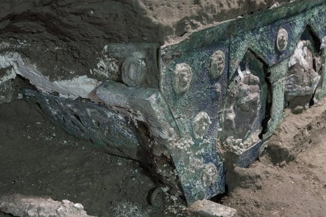 義大利考古團隊在龐貝古城遺址附近挖掘出一輛四輪馬車。(Handout / POMPEI ARCHAEOLOGICAL PARK / AFP)