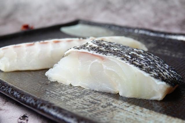 中型的龍膽石斑魚放入高達好幾層樓高的箱網中,湍急的海水刺激石斑魚生長,長到10公斤左右,就可以做成魚切片外銷到美國。