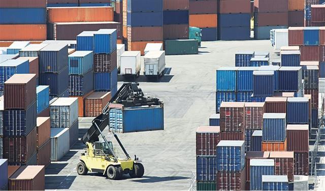 First Tariffs on Australian Wine, Now China Bans Taiwan Pineapples(123RF)
