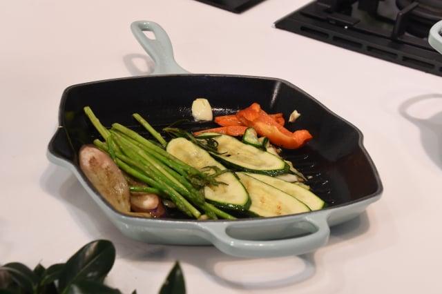 「蔬菜擺盤」透過烤盤鎖住蔬果的鮮甜。(攝影/記者黃宗茂)