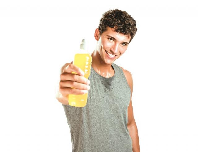 運動未結束時口渴,建議先含一口水在嘴巴裡,緩解口乾的不適症狀,等運動到一個段落,心跳逐漸恢復正常,再補充運動飲料或水。(Shutterstock)