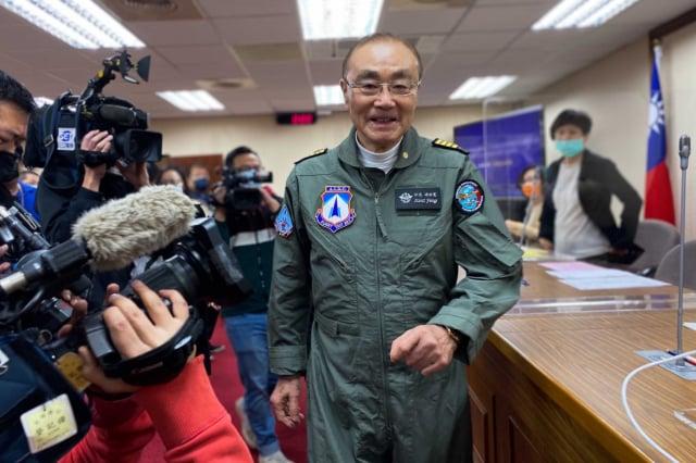 退輔會主委馮世寬22日穿綠色飛行連身服到立法院進行業務報告。(中央社)