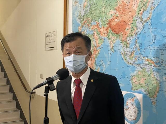 陸委會主委邱太三提出兩岸「建設性模糊」,他呼籲對岸秉持尊重善意理解,放棄強加於臺灣的政治框架、停止對臺軍事威脅與外交打壓。(中央社)