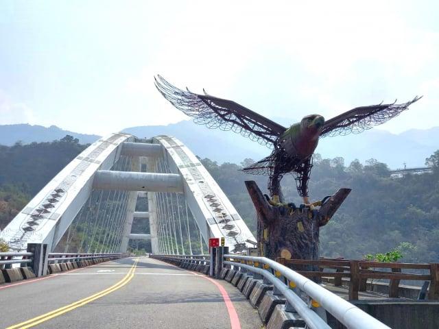 鋼鐵老鷹守護的多納大橋。
