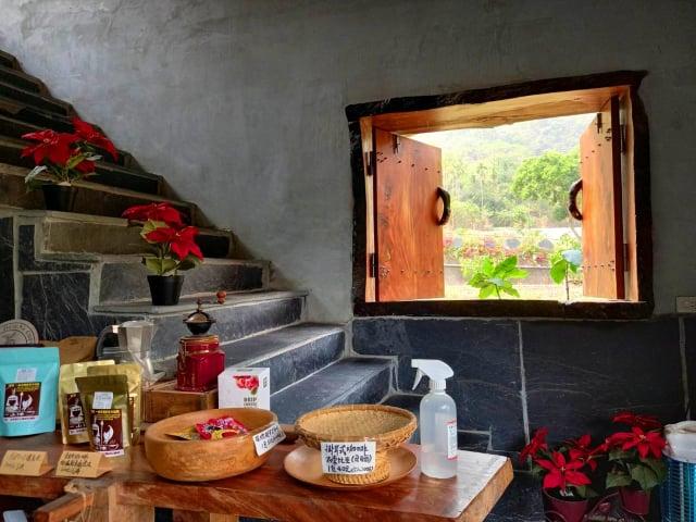 一山沐咖啡屋內石板樓梯旁,原木窗戶映著春光綠意。