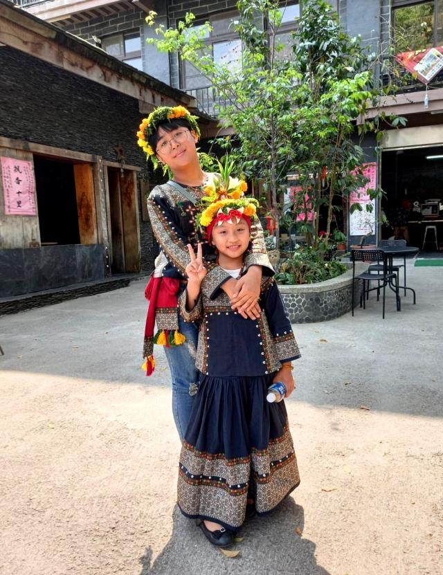穿著傳統服裝準備參加婚宴的多納部落少男少女。