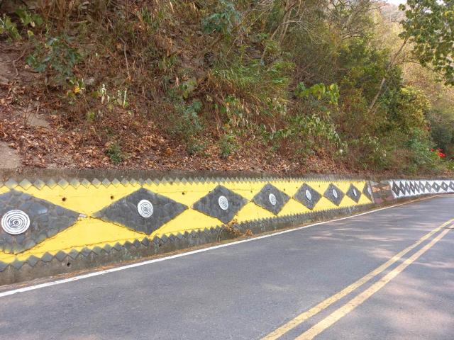 山壁上的萬山岩雕圖騰。