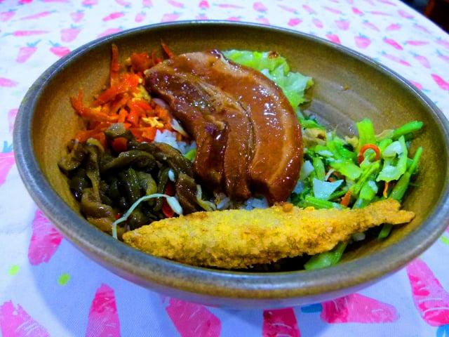 米國學校田媽媽的大碗公飯,充滿農村古早味。