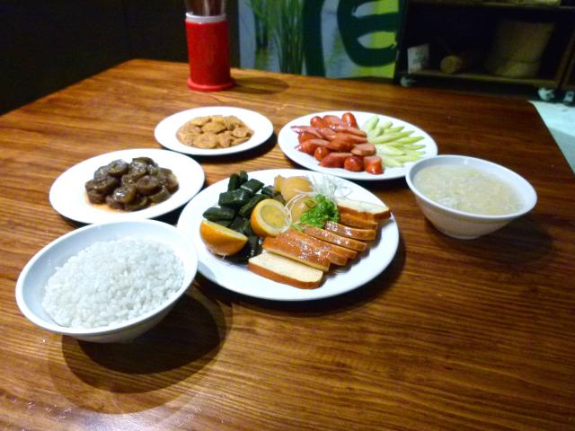古早農村的餐桌上擺著傳統的飯菜,是遊客喜愛的打卡點。