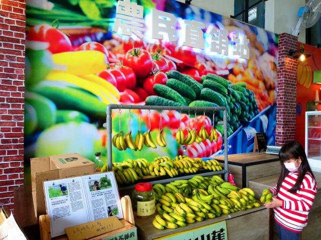 米國學校農夫市集廊道有許多誠實商店。