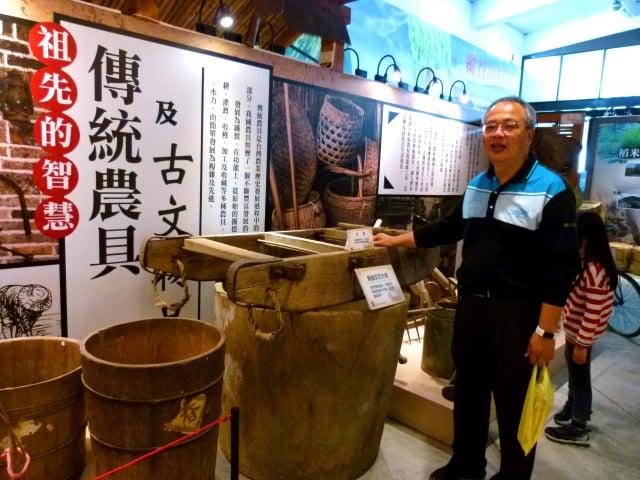 米國學校校長彭衍芳介紹早期農村故事。(記者龍芳/攝影)