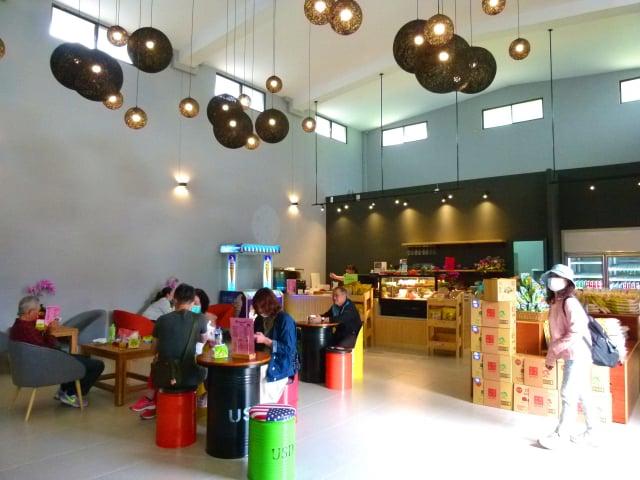 米國學校咖啡廳,可以喝到新鮮水果飲品,校長計畫未來讓長者在這裡講故事。