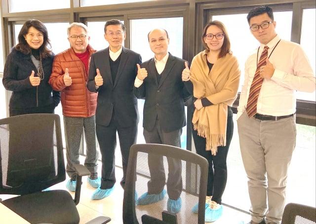 賴朝松院長(右三)與許高慶理事長(左三)合作提升旅遊安全保障,打造觀光產業升級金鑰。(長庚大學提供)