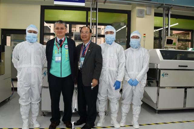 明新科大校長劉國偉(左2)與來賓一起參觀「半導體封裝測試工程師能力鑑定」試場。