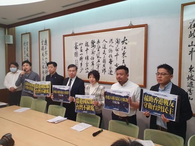 經民連等民間團體23日提出香港民主人權條款修法草案,要求政院定期提出香港情勢報告。(記者吳旻洲/攝影)