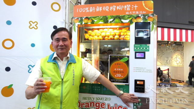 農糧署北區分署分署長王安石現場操作果汁自動販賣機