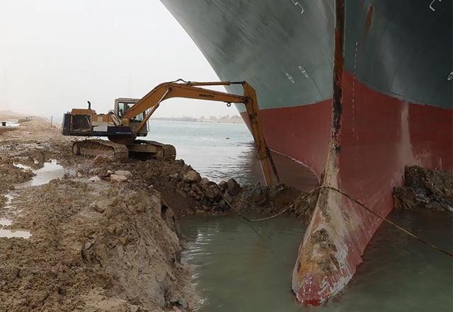 圖為埃及官方出動挖土機營救擱淺的長榮貨輪。(Suez CANAL / AFP)