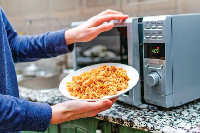 溫度必須達到70℃以上,才能消滅大部分細菌。如果使用微波爐可分段加熱,中途稍微翻攪,讓受熱程度均勻。(Shutterstock)