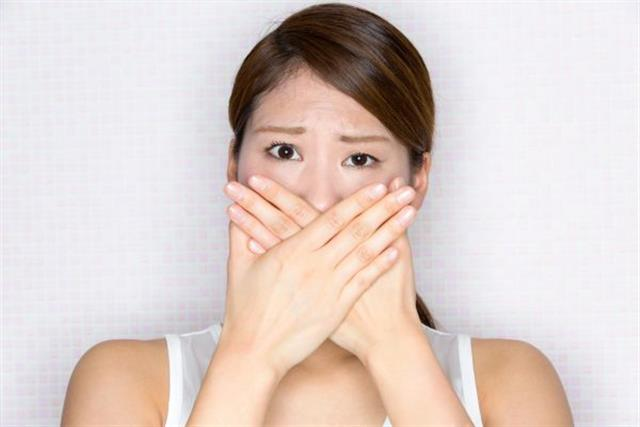打嗝是膈肌痙攣。病因多由飲食不當、情志不遂和正氣虧虛等所致胃失和降、氣逆動膈的症狀。(Fotolia)