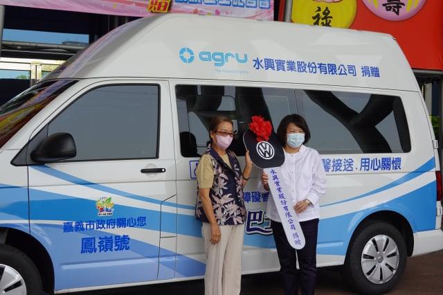 水興實業股份有限公司董事長趙泰鵬胞姊趙惠鵬(左)捐贈市府復康巴士儀式,由市長黃敏惠代表市府收受。(記者李擷瓔/攝影)