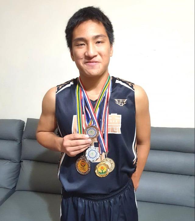 家扶基金會全國自強兒童黃恩在校內運動比賽中獲獎無數。