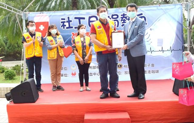 副院長詹宏裕代表桃療致贈感謝狀與伴手禮盒給熱心公益的桃園市中華獅子會與放逐咖啡。(桃園療養院提供)