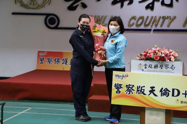 女員警向縣長張麗善獻花,感謝縣長守護警察同仁的健康。