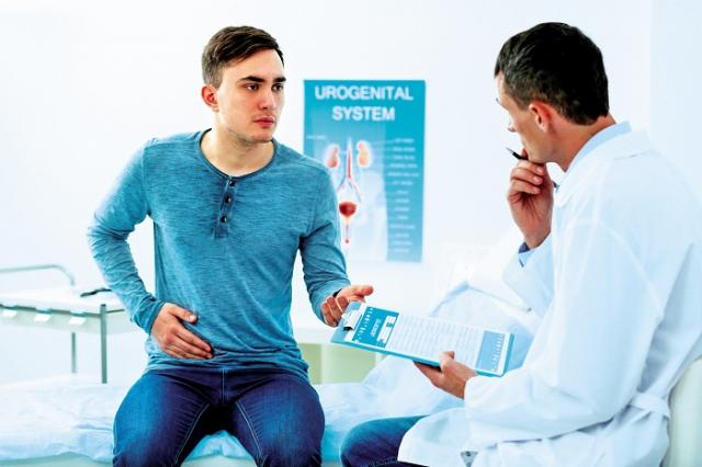 PSA升高時,應找泌尿科醫師進行相關檢查,確認攝護是否有異常;當一切正常仍須持續定期追蹤。(Shutterstock)