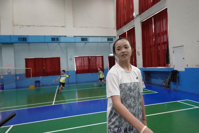 和睦國小羽球隊惠欣同學比賽時一人可應付雙打的激烈比賽,另一位同學發球後下場休息,由她一人應付雙打,且都是嬴球的局面。其兄在竹崎高中國中部亦是羽球常勝軍。