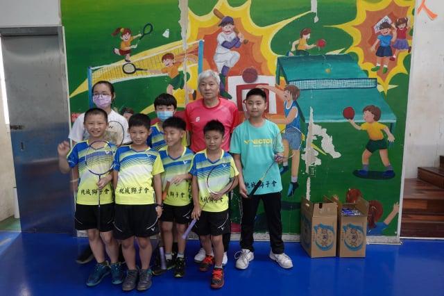 球員與教練合照。羽球隊是一年級開始培養,到三年級開始進球隊,繼續在校打四年。將來可進有羽球隊的學校繼續深造。