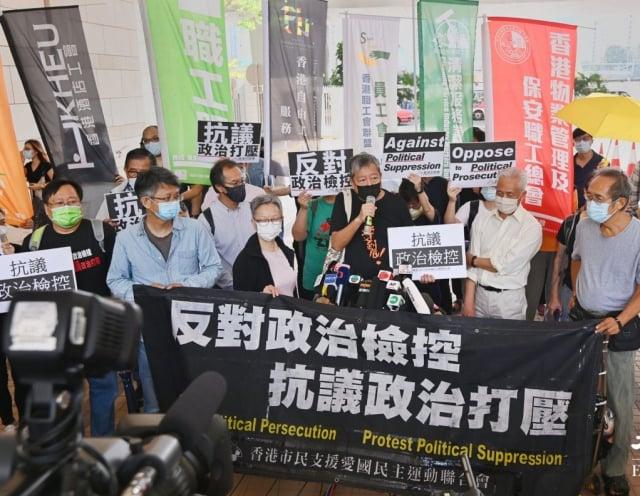 李卓人與職工盟成員在法院門外抗議當局政治打壓。(記者宋碧龍/攝影)