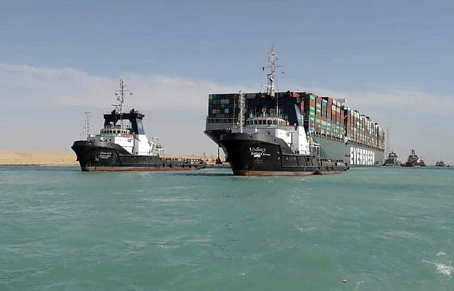 長榮海運巨型貨櫃輪「長賜輪」擱淺蘇伊士運河近一週後脫困。(SUEZ CANAL AUTHORITY / AFP)