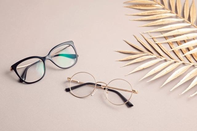 眼鏡取下放置桌上時,鏡面朝上避免刮傷鏡面。(Shutterstock)