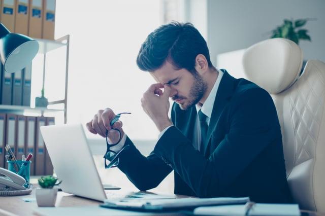 在網路世代,工作者除了面對面還有文字溝通,如果過分解讀對方的情況,只是拖垮自己的精力。(Shutterstock)