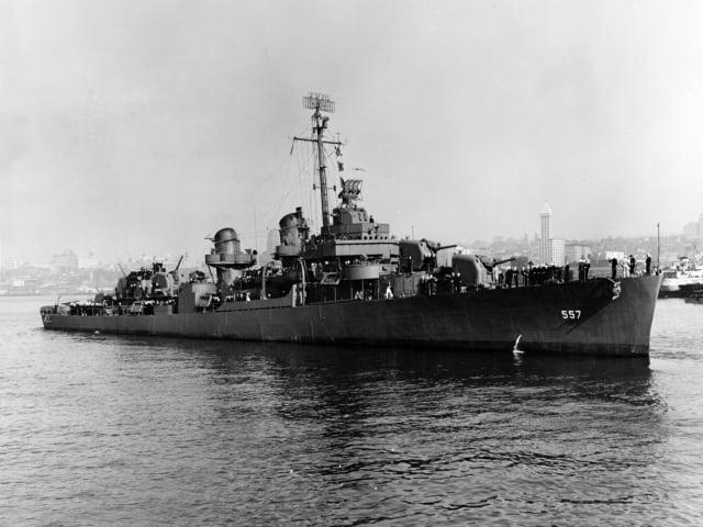 1943年10月27日行進中的美國二戰時期約翰斯頓號驅逐艦。(公有領域)